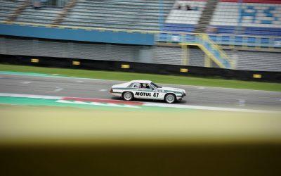 Een replica is een verkeerde omschrijving voor deze Jaguar XJS Motul racewagen.
